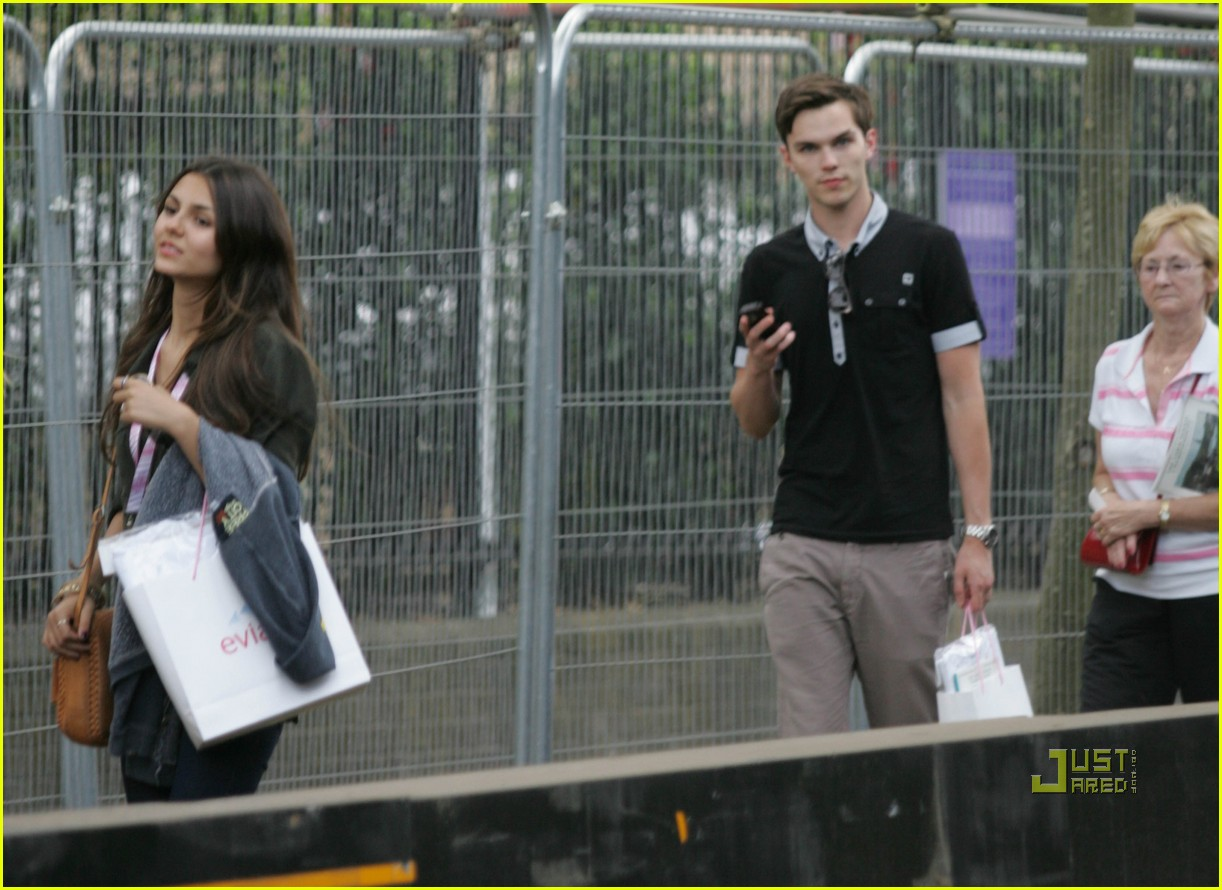 Фото: Nicholas Hoult и (подруга?) Victoria Justice в Английском теннисном клубе на Уимблдонском турнире (21 июня 2010)